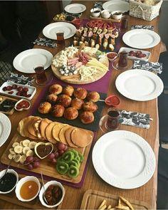 Breakfast Presentation, Food Presentation, Turkish Breakfast, Breakfast Time, Iftar, Brunch Mesa, Plats Ramadan, Appetizer Buffet, Breakfast Platter
