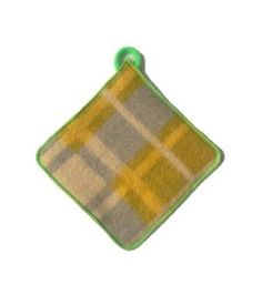 pannenlap gemaaktvan oude wollen dekens en afgewerkt met contrasterend groen lockgaren. De voor en achterkant bestaat uit een andere kleur deken, zie de eerste twee foto's. Het ophangkoord is een gepunnikt koord.