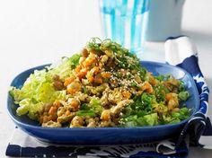 Orangen-Hack-Pfanne auf Salat - BRIGITTE