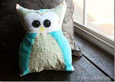 IMG_1581 (600x424) Owl Sewing Patterns, Baby Quilt Patterns, Scrap Fabric Projects, Sewing Projects, Owl Pillow Pattern, Burlap Pillows, Owl Pillows, Decorative Pillows, Owl Bags