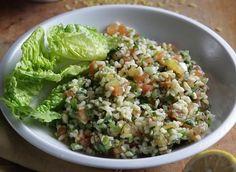 Ingredience: bulgur 150 gramů, petržel hladkolistá 2 svazky, rajčata 6 kusů, cibulka jarní 6 kusů, máta 6 lžic (nasekaná ), olej olivový 6 lžic, šťáva citronová 3 kusy, pepř černý (mletý), sůl, salát hlávkový 2 kusy (na ozdobu). Cabbage, Grains, Food And Drink, Rice, Tasty, Vegetables, Image, Bulgur, Veggies
