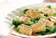 Tofu grillé et brocoli vapeur, sauce aux arachides | Coup de Pouce