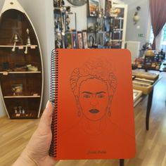 """Cumpără Notebook coperta lemn model """"Frida"""" și fă un cadou deosebit, cu stil și bun gust • Calitate premium • Livrare gratuită >200lei, în 24h (în stoc) • Disponibil și în showroom!"""