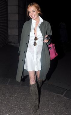 Lindsay Lohan in a white shirtdress and gray green trench coat and knee high boots with a bright pink pop color handbag Celebrity Shoes, Celebrity Style, Lindsay Lohan Style, Green Trench Coat, Casual Outfits, Fashion Outfits, Women's Fashion, Line Jackets, Knee High Boots