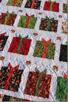 Cute Christmas quilt (Flurry)  Free pattern here: http://www.beebolt.com/patterns-and-books/quilt-patterns/downloadable-patterns/flurry-free-quilt-pattern.html