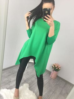Krásna zelená asymetrická tunika v univerzálnej veľkosti, vhodná na rôzne príležitosti. Modeling, Modeling Photography, Fashion Models