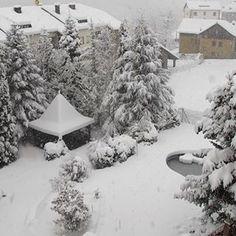 Així tenim el nostre jardí des de fa uns dies 😍🎄💙❄⛄ #neu #snow #nieve #jardi #jardin #garden #hotel #hotelpirineu #hotelmuntanya #hotelpirineo #pirineus #pirineulleida #pyrenees #pirineo #pirineocatalan #descobreixcatalunya #catalunyaexperience #catalunya #desembre #december #diciembre #views #lleida #paisatge #paisatgenevat #vallcardos #riberadecardos