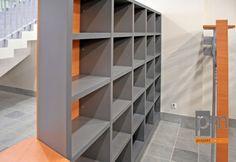 Szatnia wieszaki i półki na drobiazgi, więcej na temat projektowania szatnia na http://biuroweinspiracje.pl/szatnia-wieszaki-szatniowe-czyli-jak-naszym-zdaniem-zaprojektowac-szatnie/