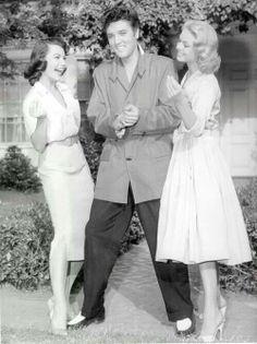 Jailhouse Rock = 1957 - Elvis Presley avec Judy Tyler et Anne Neyland. Elvis Presley Movies, El Rock And Roll, Movie Co, Young Elvis, Jailhouse Rock, Burning Love, Great Smiles, Graceland, Actors & Actresses