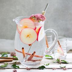 Detox water is not only good for detoxification, it also conjures up a flat stomach. Three simple do-it-yourself recipes. Detox water is not only good for detoxification, it also conjures up a flat stomach. Three simple do-it-yourself recipes. Smoothie Detox, Smoothie Bol, Smoothies, Flat Water, Water 3, Detox Recipes, Smoothie Recipes, Flat Stomach Detox, Lemon Detox
