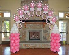 Arco de globos de látex con forma de chupitos para baby shower. #DecoracionBabyShower