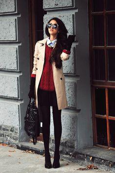 Roter Pullover unter dem Mantel gilt als wunderschön und verleiht den Damen mehr Charme.