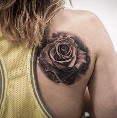 """Most Popular Tattoo Trends in 2016-A differenza delle altre tendenze l'hyper-vibrant tattoo è un perfetto esempio della filosofia del """"più è sempre più"""" può essere altrettanto elegante ed efficace come un tatuaggio tutto nero o con due combinazioni di colore. Molta diffusa e più riconoscibile nelle opere di artisti come Katie Shocrylas, questo stile unisce le tradizioni degli anni 70 e l'art nouveau dell'esuberante..."""