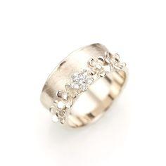 Witgouden handgemaakte ring met 5 Vergeet me nietjes. Eén van de bloemetjes is volledig vervaardigd uit zes diamanten.