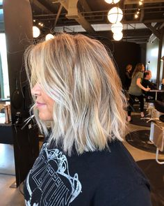 Talk about a GORGEOUS cut and color! Did you check out that MONEY PIECE? Lob Haircut, Lob Hairstyle, Hairstyles, Cabelo Inspo, Balayage Blond, Blonde Ombre Lob, Bronde Lob, Blonde Balyage, Blonde Pink