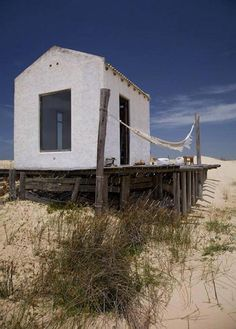 This cottage in the dunes of Cabo Polonio on the east coast of Uruguay is very small but fully equipped. This cottage in the dunes of Cabo Polonio on the east coast of Uruguay is very small but fully equipped. Tiny Beach House, Off Grid Tiny House, Nature Architecture, Architecture Design, Beach Shack, Beach Huts, Tiny House Design, Scandinavian Home, Beach Cottages