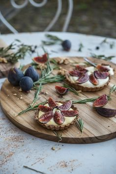 Limoncello fig tart with walnut and rosemary crust - Always Hungry Fig Recipes, Tart Recipes, Fig Tart, A Food, Food And Drink, Gula, Savory Tart, Always Hungry, Dessert