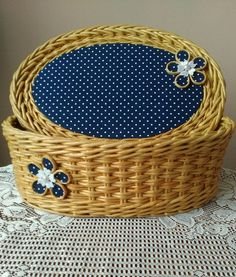 Плетение из газет Newspaper Basket, Newspaper Crafts, Paper Furniture, Wicker Furniture, Willow Weaving, Basket Weaving, Paper Weaving, Pottery Designs, Wicker Baskets