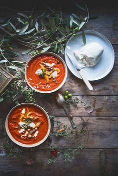 Zuppa di pomodori e peperoni arrosto, con capperi, olive e burrata-Tomato and roasted pepper soup with capers, olives and burrata