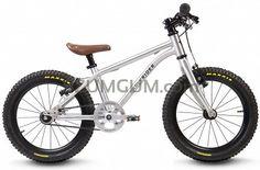 Terenowa wersja kultowego już modelu Belter. Szerokie opony zapewniają stabilność w każdym terenie i Dzięki customowym komponentom ten rower jest przykładem przekraczania granic.  Lekki, niskimi oporami toczenia dzięki łożyskom maszynowym (piasty, pedały, oś suportu) i oponami semi slick. Ten rower pozwala najmłodszym cieszyć się pedałowaniem tak samo, jak cieszyli się jazdą na rowerkach biegowych.  Przeznaczony dla dzieci o wzroście minimum 105cm i długości nogi 45cm, zalecany dla…