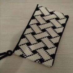 Ravelry: Project Gallery for Triforce-iltalaukku pattern by Molla Mills Crochet Clutch, Crochet Handbags, Crochet Purses, Knit Crochet, Tapestry Crochet Patterns, Weaving Patterns, Knitting Patterns, Mochila Crochet, Filet Crochet Charts