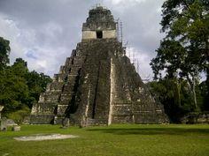 Piramide de Tikal, Tikal (o Tik'al, de acuerdo con la ortografía maya moderna) es uno de los mayores yacimientos arqueológicos y centros urbanos de la civilización maya precolombina. Está situado en la región de Petén, en el territorio actual de Guatemala y forma parte del Parque Nacional Tikal que fue declarado Patrimonio de la Humanidad por UNESCO en 1979. Según los jeroglíficos encontrados su nombre maya habría sido Yax Mutul. Tikal fue la capital de un estado beligerante que se convirtió…