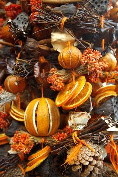 Natural Christmas decorations Christmas decorations on the market stalls - Saltzburgh Christmas market - Austria Salzburg Christmas, Winter Christmas, All Things Christmas, Christmas Holidays, Christmas Markets, Christmas Oranges, Christmas Market Stall, Xmas, Pagan Christmas Tree
