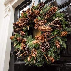Christmas Window Decorations, Christmas Arrangements, Christmas Swags, Noel Christmas, Primitive Christmas, Holiday Wreaths, Rustic Christmas, Christmas Crafts, Christmas Ornaments