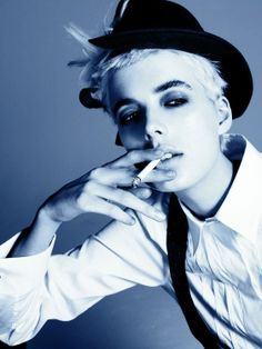 Vogue Italia November 2006 Photographed by Steven Meisel Agyness Deyn Androgynous Women, Androgynous Fashion, Tomboy Fashion, Tomboy Style, Fashion News, Agyness Deyn, Steven Meisel, Portraits, Women Smoking