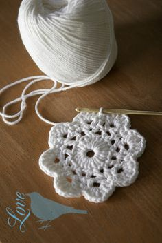 Free Crochet Flower Patterns Very cute and simple. Scroll down a bit for instructions and photo tutorial Crochet Diy, Crochet Motifs, Crochet Flower Patterns, Crochet Crafts, Crochet Doilies, Yarn Crafts, Crochet Flowers, Crochet Stitches, Crochet Hooks