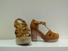 1c85ddc4291 Sandalias de ante marrones con plataforma o tacón de la marca Cubanas.  ¡Combínalas con todos tus outfits!