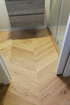 Una bellissima spina ungherese in rovere, in scelta nodosa. #rovere #design #spinaungherese #pavimentibraga Hardwood Floors, Flooring, Design, Wood Floor Tiles, Wood Flooring, Floor
