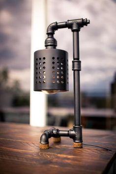 Tisch Lampe im Industrie Design, Loft, Pipe, Schwarz, Vintage. --  Ich verkaufe hier meine außergewöhnliche Tischlampe im schicken Industrie Design. Sie wurde gefertigt aus matt-schwarzen Rohrleitungen mit markanten Fittings und einem Lampenschirm der im  (Furniture Designs Vintage)