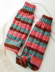 Instrucciones calcetines, ana conde desings | anaconde | socks&co Crazy Socks, Leg Warmers, Fingerless Gloves, Wool, Ideas Para, Biscuit, Bb, Crafts, Fashion