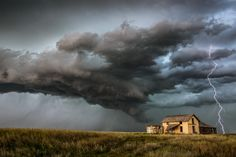 Captured near Keyes, Oklahoma; a violent storm in the making in the Northwest of the American State. The photographer was there to immortalize it.