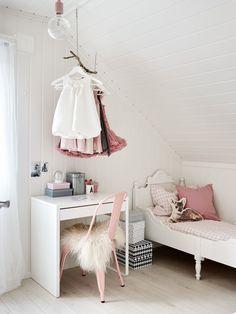 Sengen til Aurora er kjøpt på Finn og malt hvit, mens pulten er fra Ikea og stolen fra Tolix. Taklampen er fra Nud.