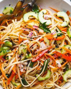 Asian Noodle Salad with the Best Ever Ginger Vinaigrette Asiatisches Nudelsalat-Rezept mit der besten Ingwer-Vinaigrette aller Zeiten – Pasta Salad With Spinach, Healthy Pasta Salad, Healthy Pastas, Healthy Recipes, Healthy Food, Vegetarian Recipes, Cooking Recipes, Corn Salad Recipes, Summer Salad Recipes