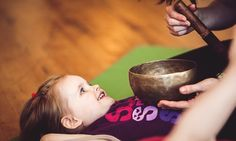 Effective meditations for kids to help with stress not easy to have children sit still and be quiet for extended periods. Here are 14 meditations for young children for some awareness-building fun! Family Yoga, Childrens Yoga, Baby Yoga, Toddler Yoga, Easy Meditation, Guided Meditation, Mindfulness For Kids, Preschool Age, Preschool Ideas