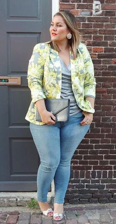 Plus Size Fashion for Women: Schönes Outfit in überwiegend Grautönen mit floralem Blazer.