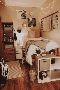 dorm room - dorm room ideas - dorm room - dorm room designs - dorm room ideas for guys - dorm room organization - dorm room decor - dorm room inspiration - dorm room hacks College Bedroom Decor, Cool Dorm Rooms, Room Ideas Bedroom, Small Room Bedroom, Small Bedrooms Decor, Bedroom Inspo, Gold Bedroom, White Bedroom, Dorm Room Beds