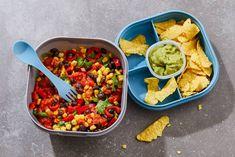 Snelle salade om mee te nemen van zwarte bonen, maiskorrels, puntpaprika's, koriander en salsa hot.