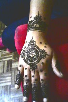 #round #easy #feminine Simple Henna Patterns, Easy Henna, Hand Tattoos, Feminine, Simple Henna Designs, Women's