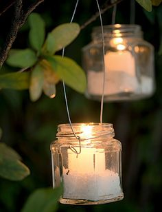 As lanternas de pote de geleia feitas pelo ateliê La Calle Florida têm alças de arame e sal grosso no fundo