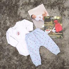 Olhem que fofura esse pijama muito fofo de chapeuzinho vermelho para a Elisa. A calça é cheia de estampa de maçãs ameiiiiiJá falei que adoro os produtos da @instadedeka são roupas sempre muito confortáveis e com carinha de roupa para criança. A Isabela tem várias roupas da marca adoro! Só não tirei foto da Elisa com o pijama pois ele é tamanho G e ela está usando tamanho P ainda. Mas o tempo passa rápido e daqui a pouco ela já vai estar usando essa fofura!! #mãedemenina #mãededuas…