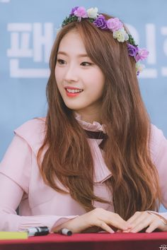 Am I the only one who thinks that Haseul looks like that one really sweet mom friend who's always reading deep and philosophical books in her off-time?
