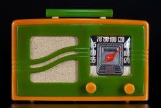 Motorola Catalin Radio 'S-Grill' Yellow + Green Art Deco Beauty Radios, Frank Lloyd Wright, Eugene Atget, Antique Radio, Old Phone, Art Deco Jewelry, Art Deco Fashion, Jukebox, Techno