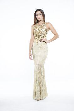 Vestido longo dourado.