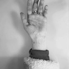 Minimalist P letter tattoo on the wrist. Tiny Heart Tattoos, Dainty Tattoos, Baby Tattoos, Little Tattoos, Letter P Tattoo, Tattoo P, Initial Wrist Tattoos, Small Wrist Tattoos, Writing Tattoos