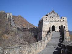 La Gran Muralla China es una antigua fortificación china construida y reconstruida entre el siglo V a. C. y el siglo XVI (Edad Moderna) para proteger la frontera norte del Imperio chino durante las sucesivas dinastías imperiales de los ataques de los nómadas xiongnu de Mongolia y Manchuria.
