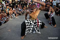 Perjalanan Mencari Silat (Sebuah Catatan Bagian 15)   Tiba di pulau Bali, Ara meneruskan perjalanannya hingga mencapai sebuah kota yang berada di tengah pulau tersebut. Dari sana secara kebetulan Ara melihat sebuah keramaian yang ternyata adalah sekumpulan orang yang sedang mengadu ayam. Ramai sekali orang berteriak-teriak dan entah karena apa dan...  ara, bali, pencak silat, perjalanan mencari silat, silat